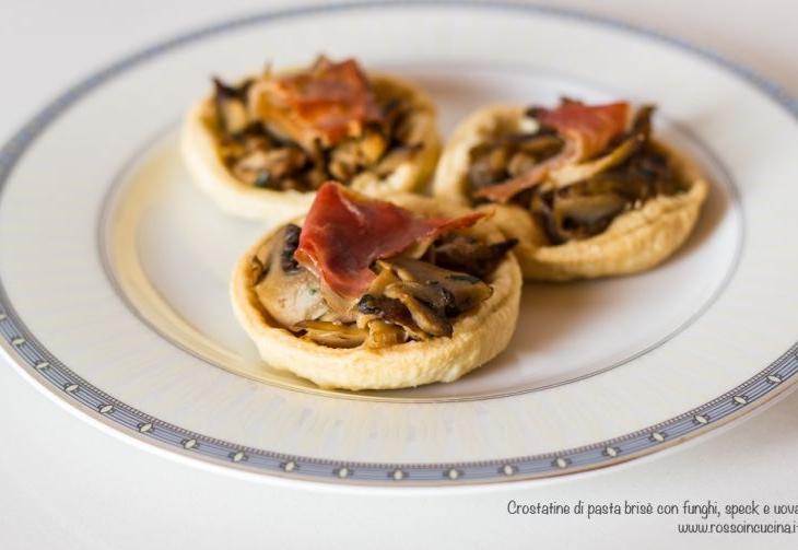 Crostatine tirolesi con funghi e speck