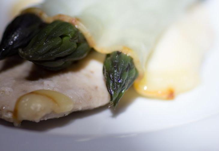 Petto di pollo con asparagi e provola affumicata