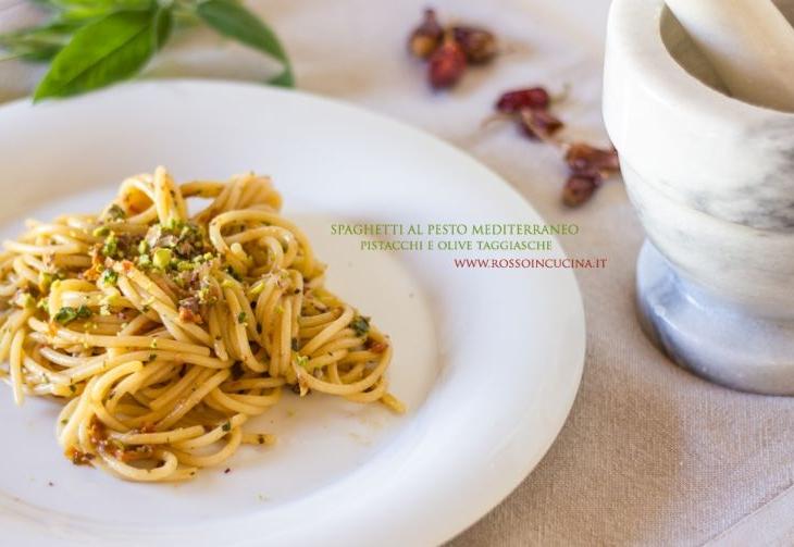 Spaghetti al pesto mediterraneo pistacchi e olive taggiasche