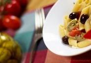 Pasta al sugo crudo con pomodoro, carciofini e olive taggiasche