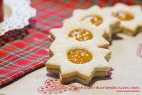 Biscotti di pasta frolla con marmellata di arance e zenzero.