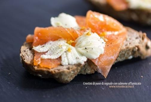 Crostini di pane di segale con salmone affumicato