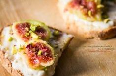 Bruschette con formaggio gorgonzola, fichi e pistacchi