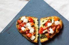 Bruschette con pesto leggero, pomodorini e mozzarella