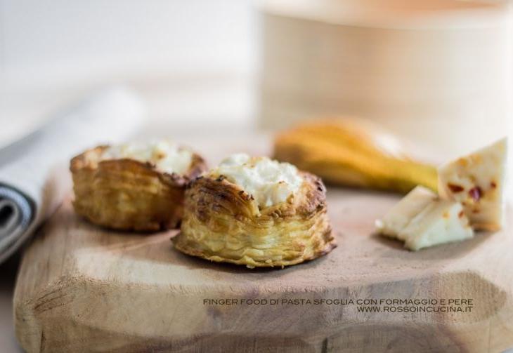 Finger food di pasta sfoglia con formaggio e pere