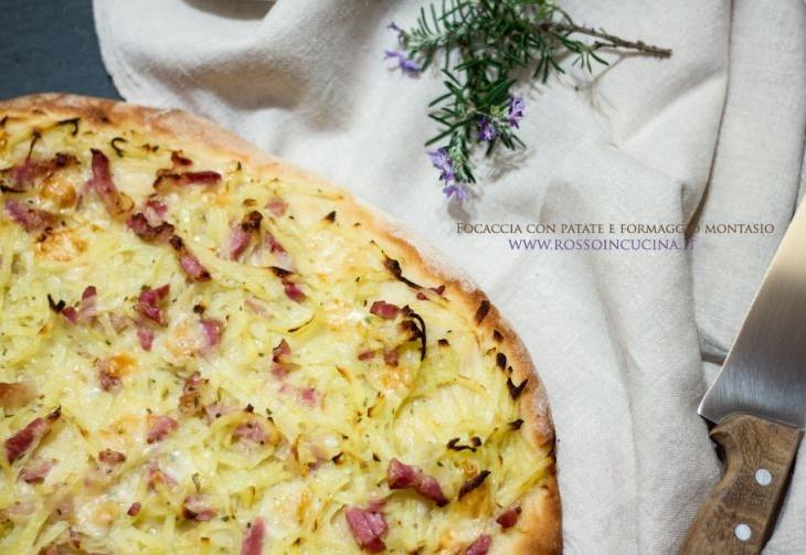 Focaccia con patate, pancetta e formaggio montasio