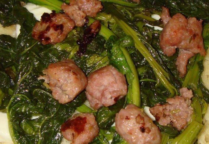 Focaccia ripiena con verdure e salsiccia