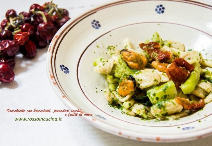 Orecchiette con broccoletti, pomodori secchi e frutti di mare